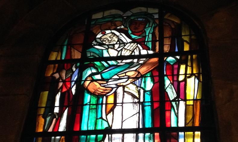 Ce vitrail de l'ossuaire de Douaumont (monument à la mémoire des soldats de la bataille de Verdun), réalisé par le peintre George Desvallières et le maître-verrier Jean Hébert-Stevens, représente une infirmière de la Croix-Rouge.