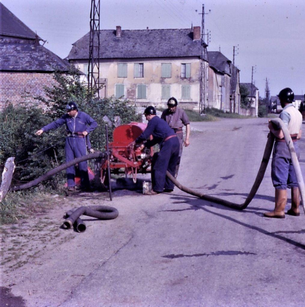 Les pompiers de La Romagne à l'entraînement, photographie prise par monsieur l'abbé Pierre Médéric Buché et léguée à la mairie de La Romagne, avec l'aimable autorisation de monsieur René Malherbe (maire de la commune) et de monsieur Yves Albertini.