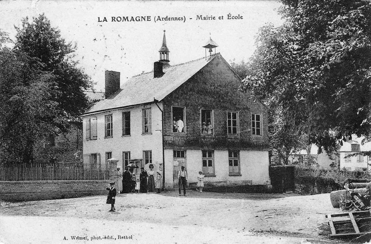 Cette carte postale ancienne de la mairie et de l'école est antérieure à la pose du monument aux morts de La Romagne.