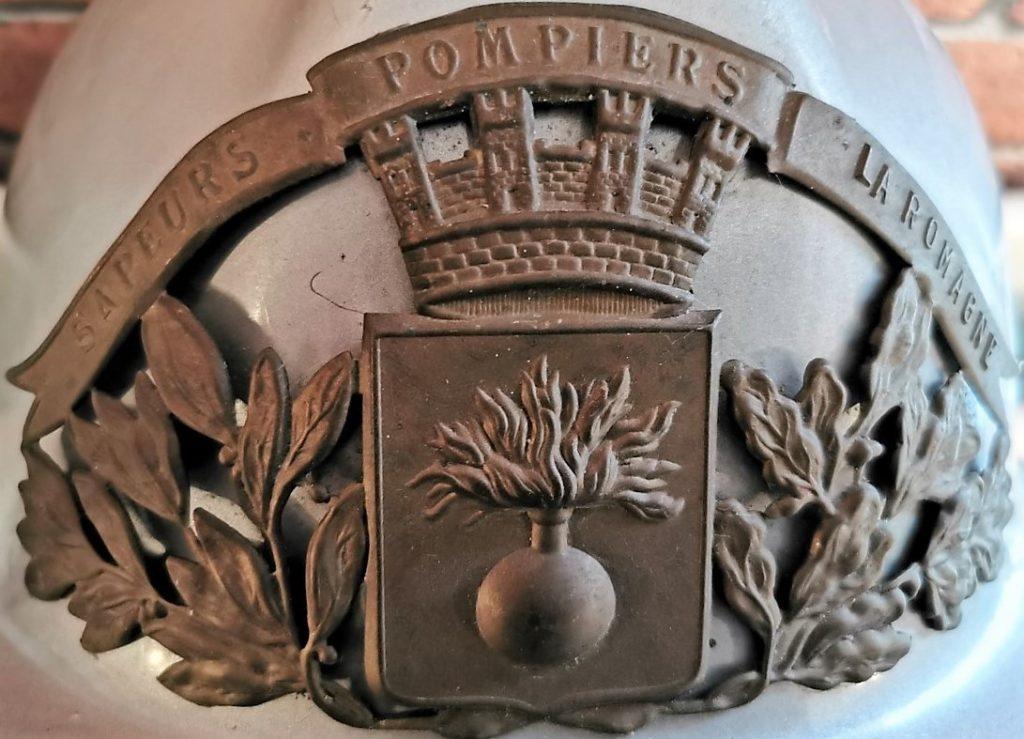 Détail du casque d'Emile Sené, sapeur-pompier de La Romagne, (collection privée, avec l'aimable autorisation de madame Véronique Sené et de monsieur Daniel Sené).