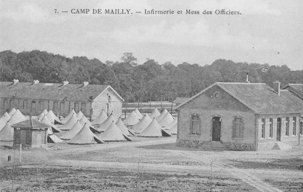 Infirmerie et mess des officiers à Mailly-le-Camp, où le baraquement des troupes est organisé depuis 1900 (carte postale ancienne).