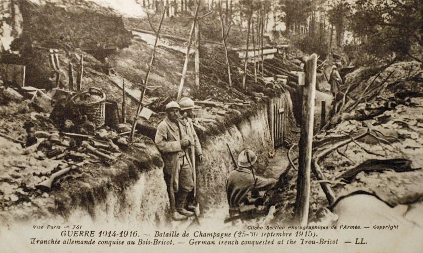 La seconde bataille de Champagne oppose les troupes françaises et les troupes allemandes à partir du 25 septembre 1915 (carte postale ancienne).