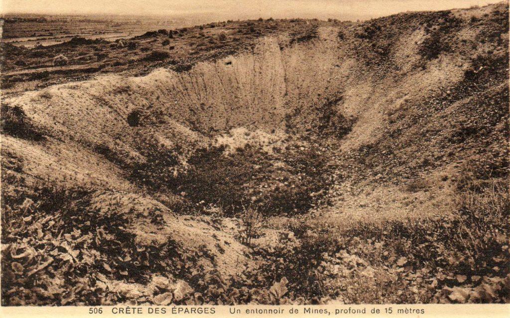 Un entonnoir (ici sur la crête des Éparges) est une cavité artificielle creusée par des mines ou des obus.