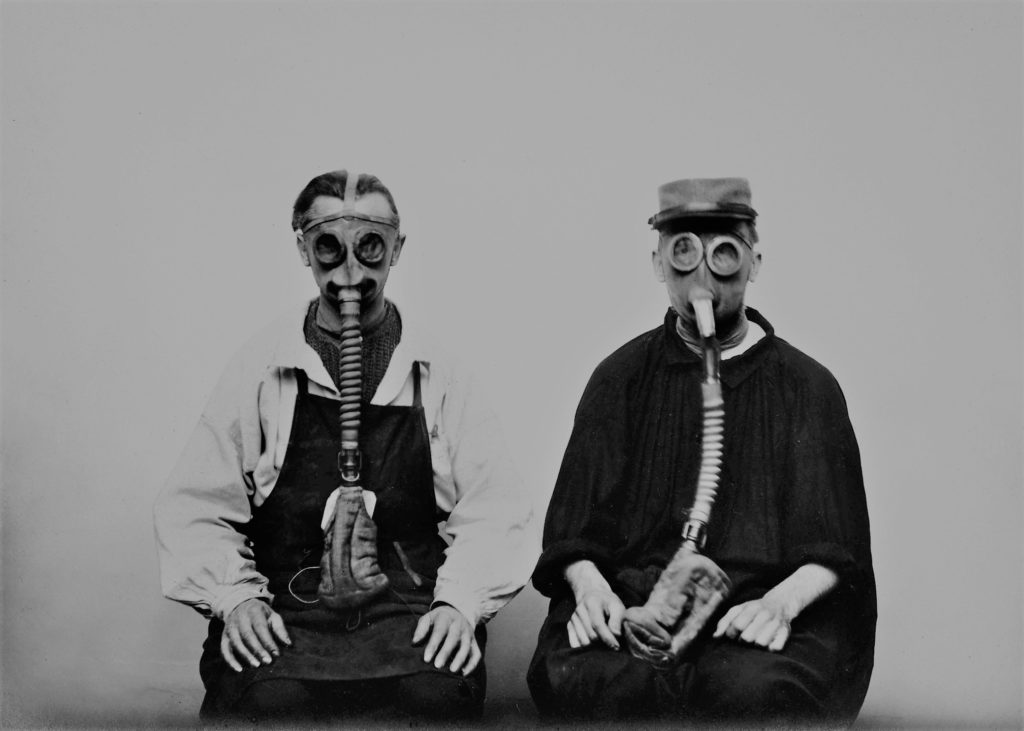 Archives nationales, site de Pierrefitte-sur-Seine, 398AP/36, Tirage gélatino-argentique, masques à oxygène mis au point par le docteur Sicard (1917-1918).