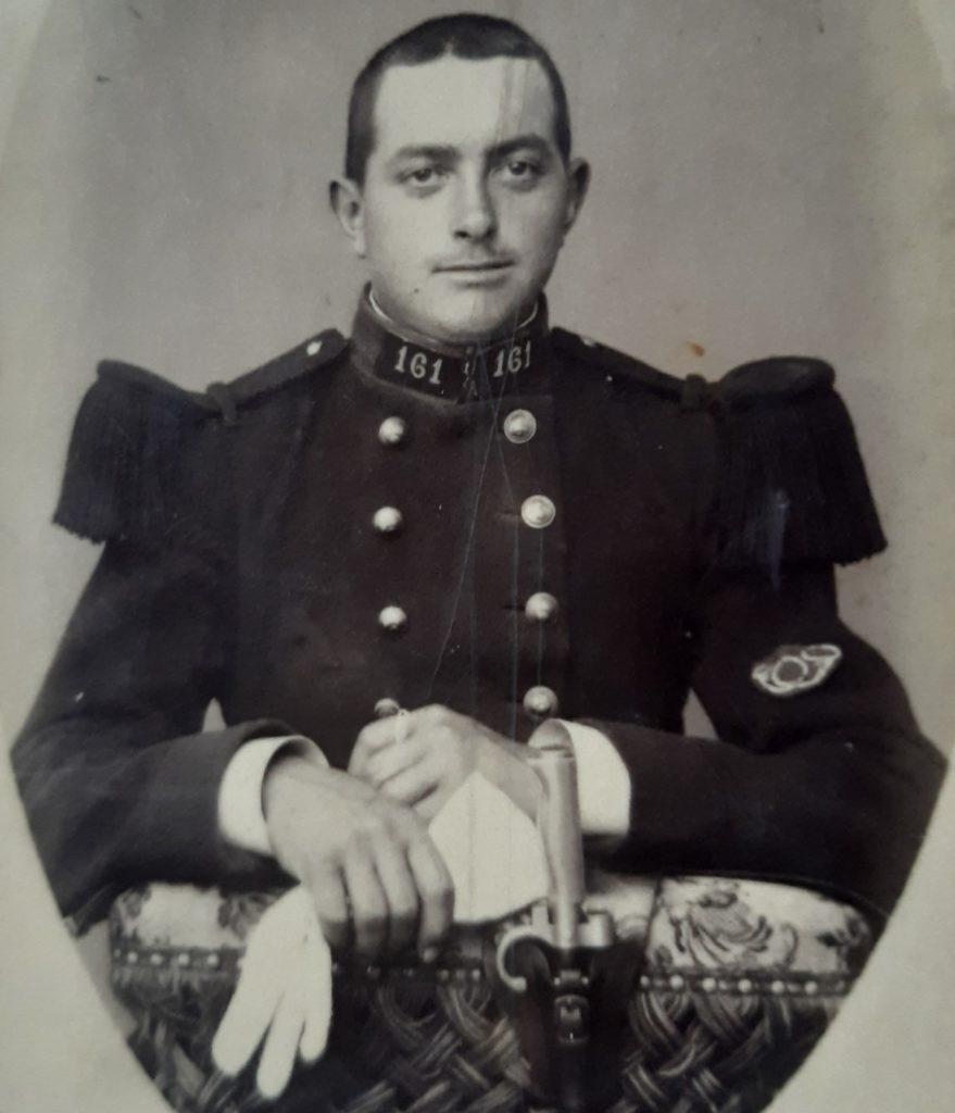 Portrait en uniforme de Paul Eugène Macquin, parti le 12 novembre 1895 au 161e régiment d'artillerie (collection privée, avec l'aimable autorisation de monsieur Raphaël Lacaille).