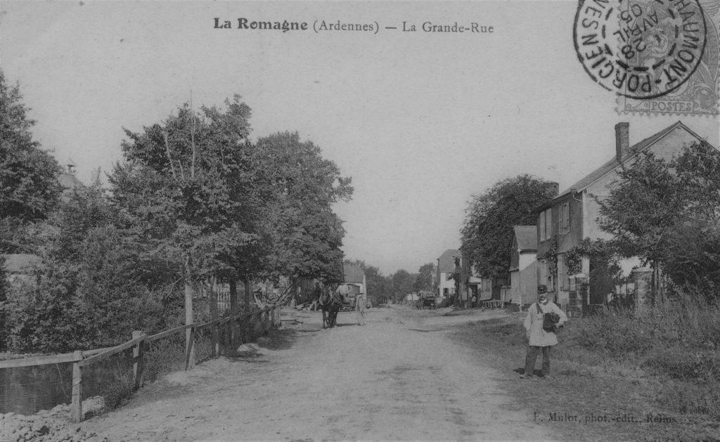 Le facteur rural dans la grand-rue de La Romagne , carte postale ancienne (collection privée, avec l'aimable autorisation de monsieur René Malherbe).