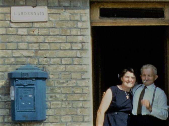 Madame Mariette Lesein, gérante de la cabine téléphonique de La Romagne, et monsieur Edmond Lesein (collection privée, avec l'aimable autorisation de monsieur Eric Lesein).
