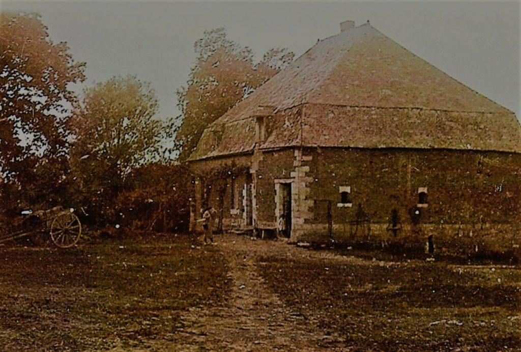 Maison carrée de la Cour Avril aujourd'hui disparue, photographie ancienne (collection privée, avec l'aimable autorisation de monsieur Jean et madame Marie-Paule Vergneaux.