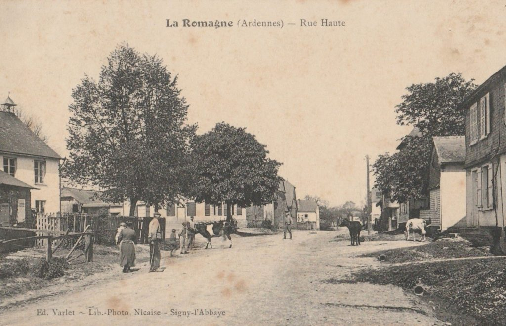 La ferme Merlin se trouve à l'angle de la rue Haute et de la grand-rue, carte postale ancienne de La Romagne.