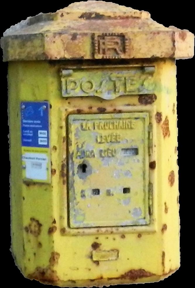 La boîte aux lettres de La Romagne a visiblement essuyé pendant de nombreuses années les intempéries typiques des Ardennes. Son état est un indice de la dureté du métier de facteur rural.