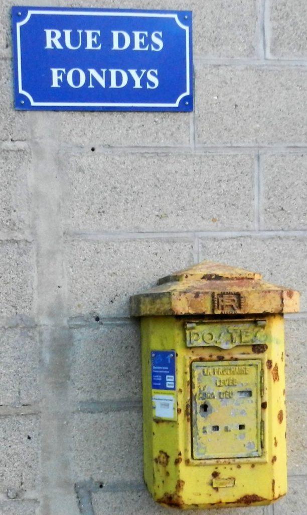 Ancienne boîte aux lettres de La Romagne, située sur le mur de la salle des fêtes (ancienne école), rue des Fondys, photographiée en 2017 (collection privée, avec l'aimable autorisation de monsieur Daniel Sené).