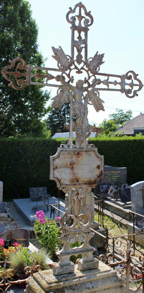 Christ en croix ornant une tombe, prise de vue effectuée le dimanche 18 juillet 2021. Crédits photographiques : © 2020 laromagne.info par Marie-Noëlle ESTIEZ BONHOMME.
