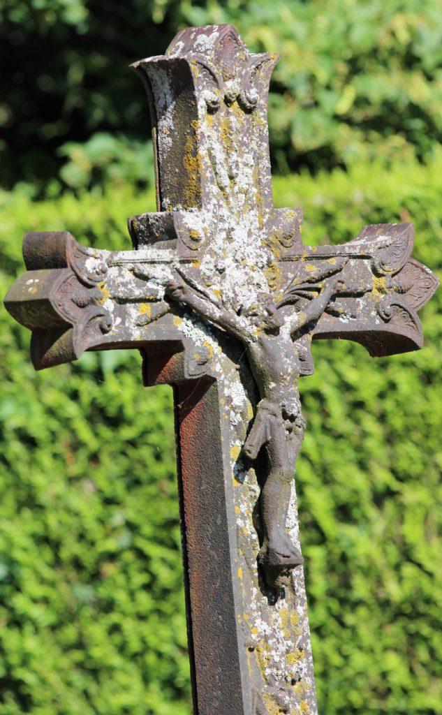 Le Christ en croix est une constante de l'art funéraire religieux, prise de vue effectuée le dimanche 18 juillet 2021. Crédits photographiques : © 2020 laromagne.info par Marie-Noëlle ESTIEZ BONHOMME.