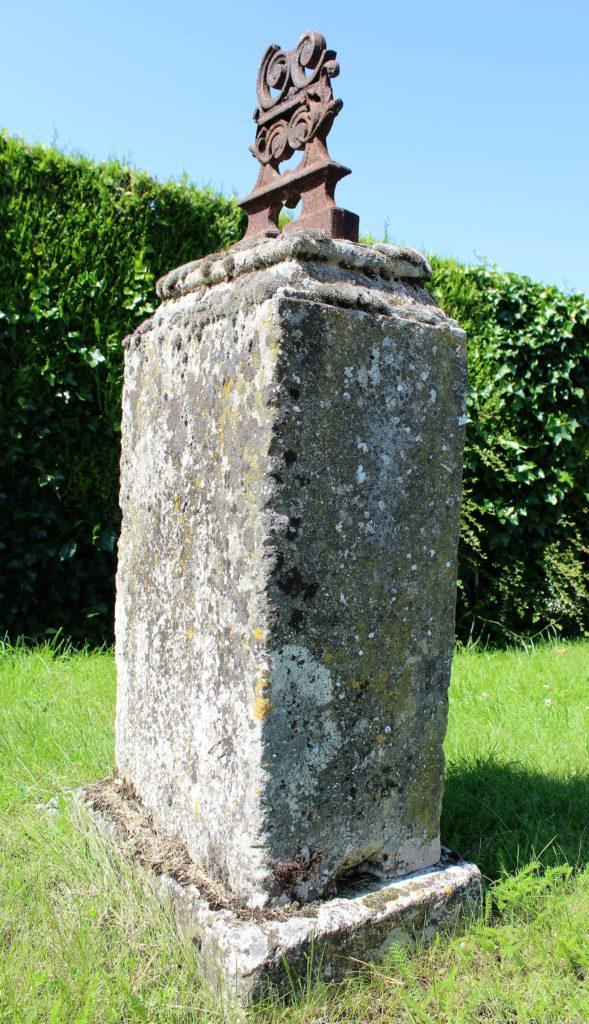 Vestige d'une pierre tombale, prise de vue effectuée le dimanche 18 juillet 2021. Crédits photographiques : © 2020 laromagne.info par Marie-Noëlle ESTIEZ BONHOMME.
