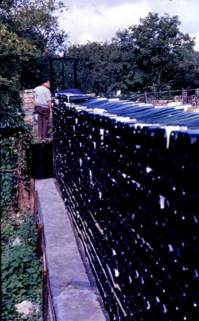 Stockage des bouteilles vides à la cidrerie Malherbe (mairie de La Romagne, avec l'aimable autorisation de monsieur René Malherbe, maire de la commune).